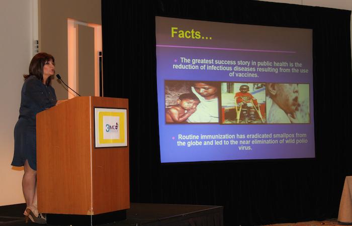 """Dra. Iris Cardona, infectóloga pediátrica, presenta el tema """"Mitos Alrededor de la Vacunación a través de la Historia"""". ( Jeffrey Reyes / La Voz)"""