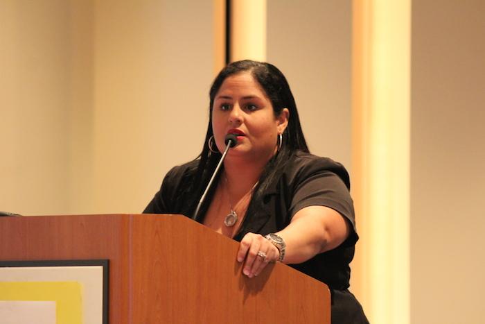 """Janizabeth Sánchez informa sobre su desarrollo en los medios y experiencia personal en la categoría de """"periodismo digital"""". (Jonathan Rentas/La voz)"""